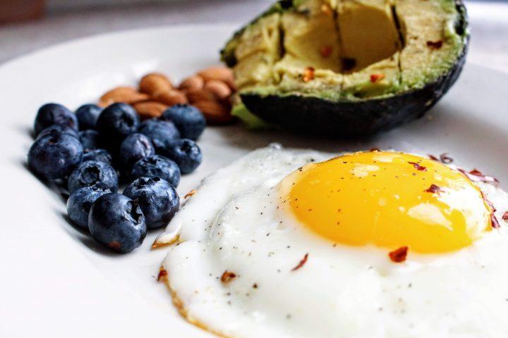 Палео завтрак: яичница на сливочном масле, авокадо, голубика, миндаль
